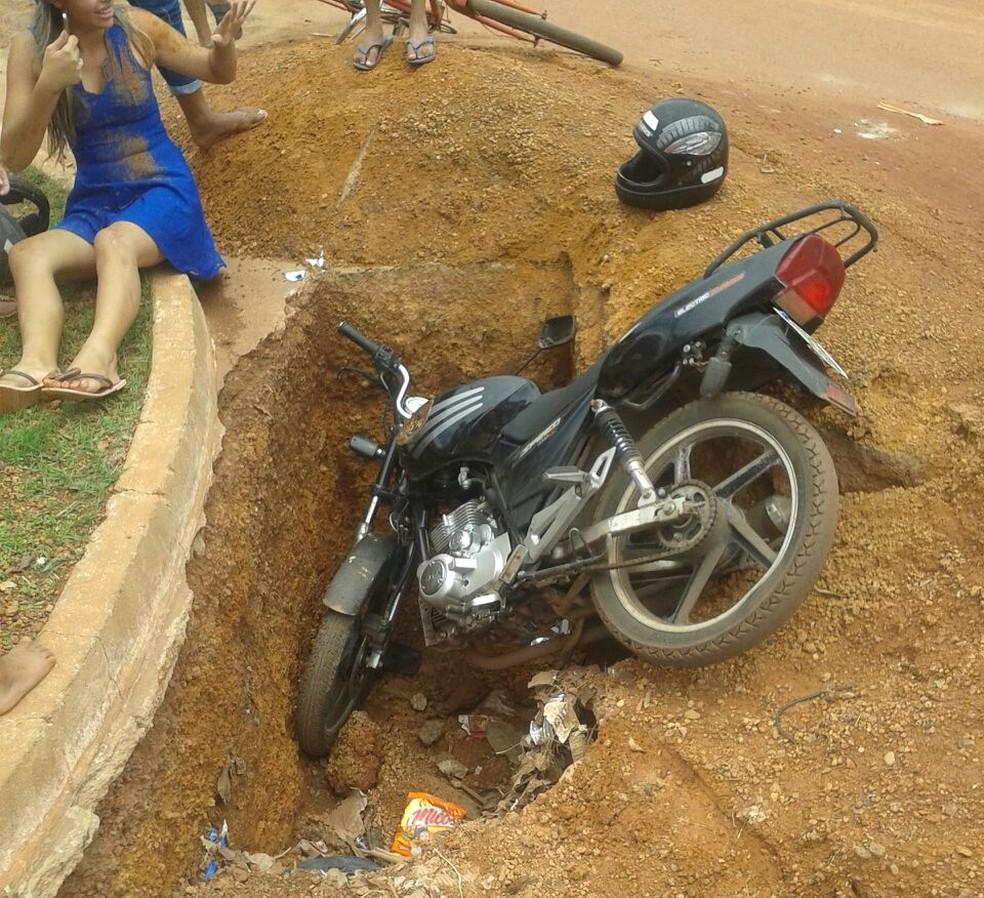 Grávida caiu em vala aberta em avenida (Foto: Divulgação)