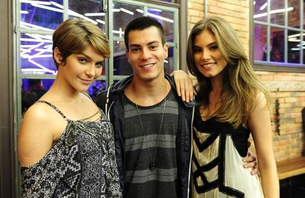 Bruna Hamú com Isabella Santoni e Arthur Aguiar. O trio protagonizou 'Malhação: Sonhos', em 2014 (Foto: TV Globo)