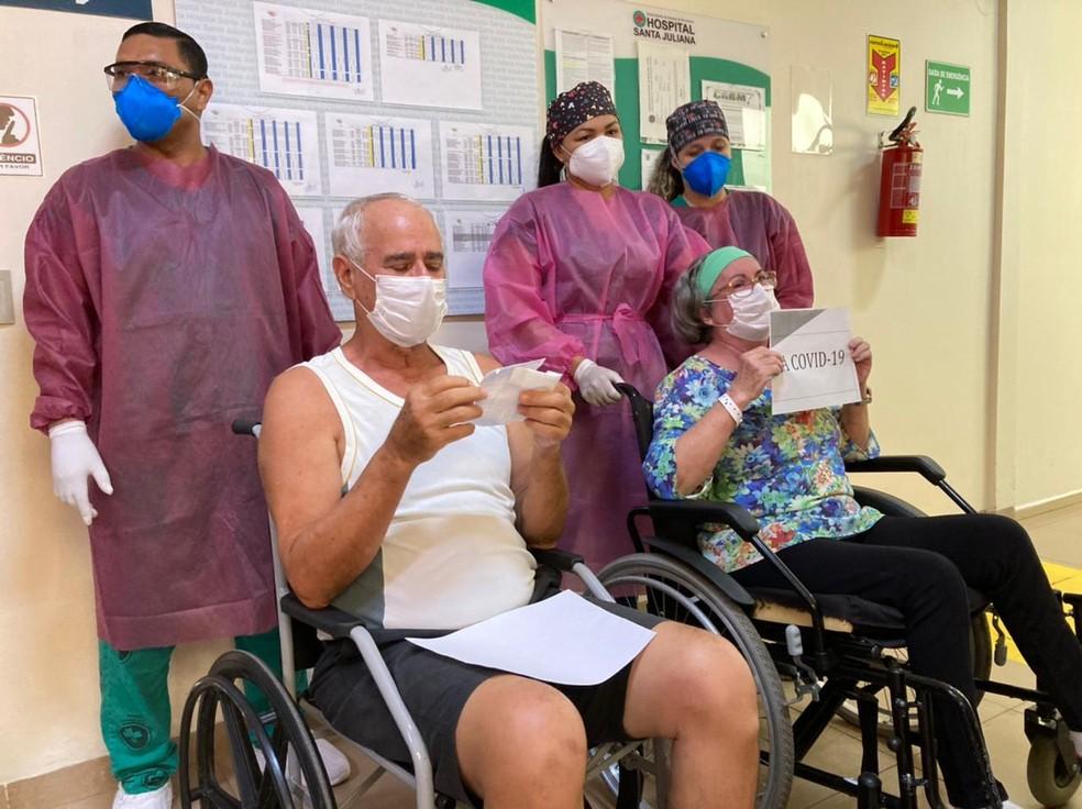 Casal agradeceu equipe médica após receber alta em Rio Branco  — Foto: Asscom/Hospital Santa Juliana