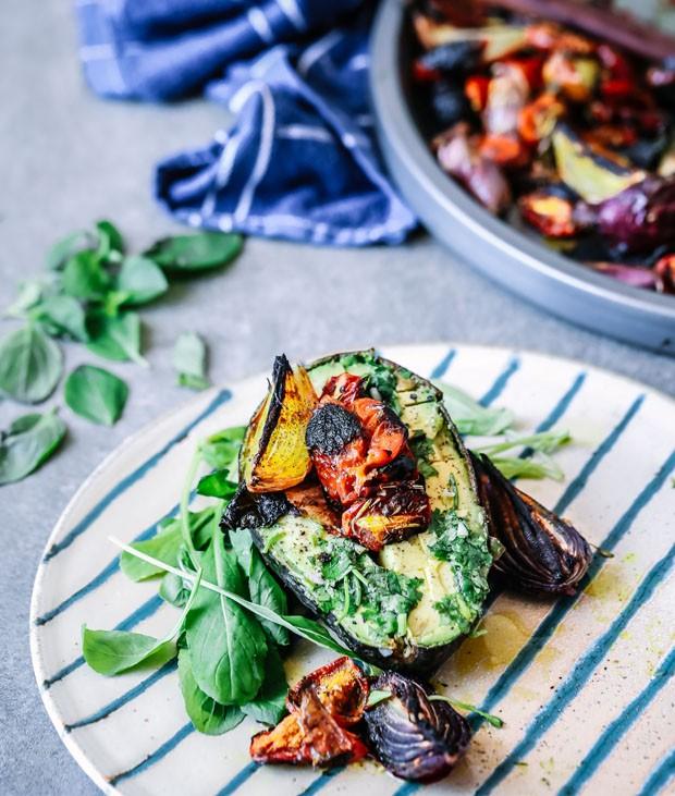 Fácil e saudável: avocado com tomate confit e rúcula (Foto: Simplesmente)