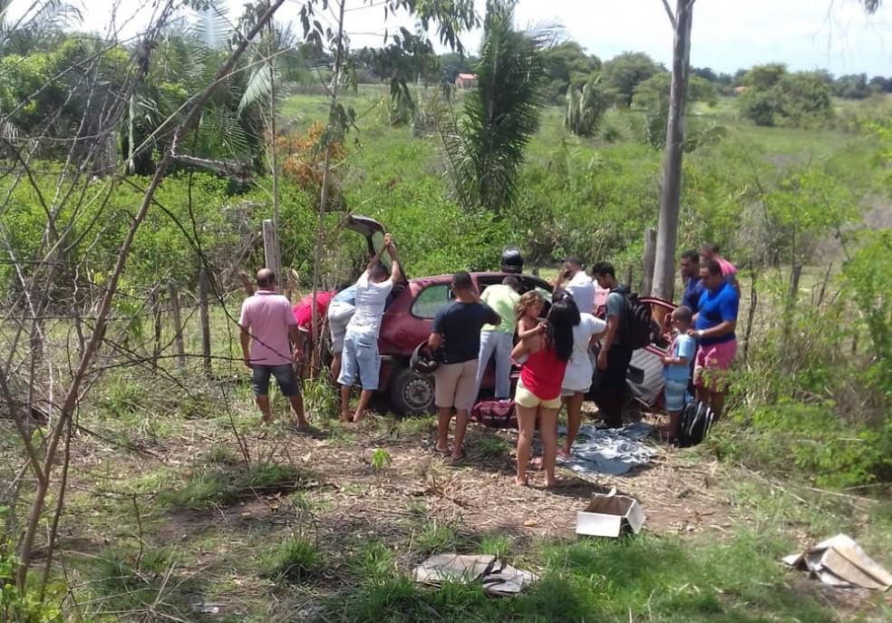 Motorista ficou ferido ao colidir com árvore em Teresina — Foto: Divulgação/PM