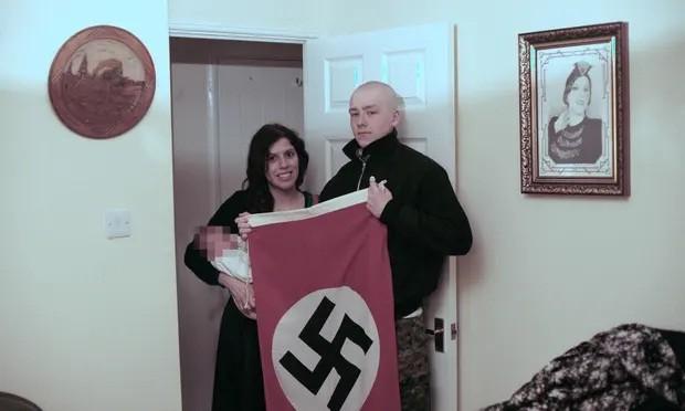 Casal neonazista com filho e bandeira da suástica (Foto: Reprodução/The Guardian - Polícia de West Midlands/PA)