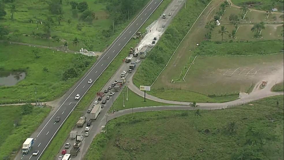 Acidente causou trânsito na BR-232, no sentido Recife, na manhã desta quinta-feira (14) — Foto: Reprodução/TV Globo