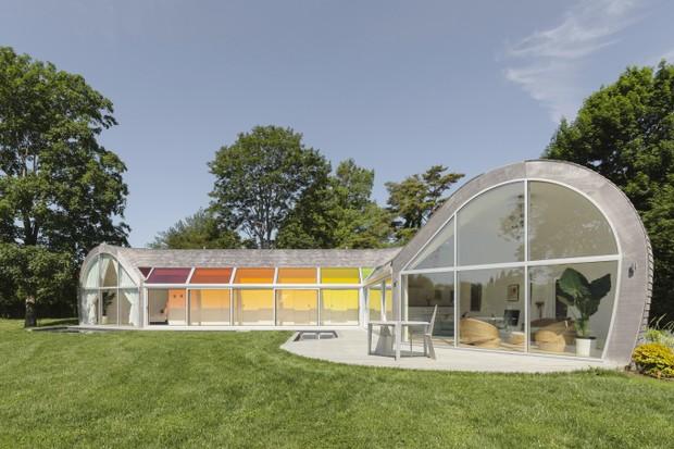 Casa em formato de casulo tem claraboias coloridas e muita luz natural (Foto: FOTOS DIVULGAÇÃO)
