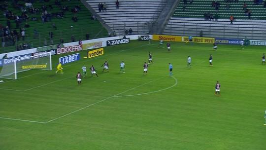 Ricardo Jesus recebe cruzamento, finaliza mas Léo faz grande defesa aos 29' do 1T
