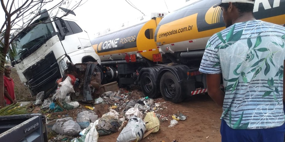 Carreta carregada de combustíveis bate em carro, derruba poste e atinge muro de casa em João Câmara — Foto: Cedida