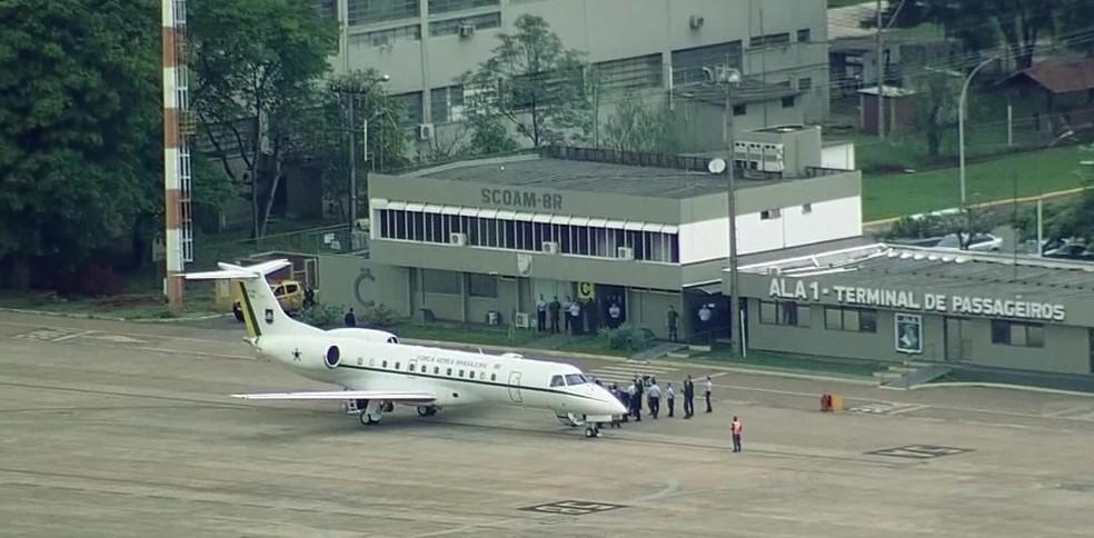 Avião da Força Aérea Brasileira chega a Brasília com a comitiva do presidente eleito, Jair Bolsonaro (PSL) — Foto: Reprodução/Gnews