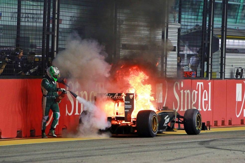 Heikki Kovalainen corre para apagar incêndio no próprio carro — Foto: Getty Images