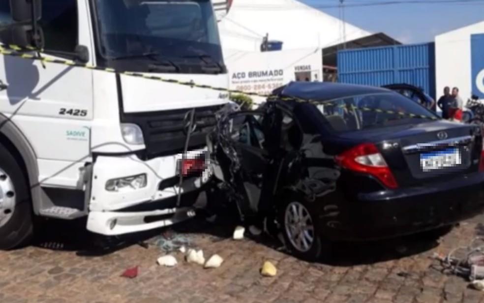Jovem de 21 anos morre após bater carro que dirigia em moto e caminhão, no sudoeste da Bahia — Foto: Reprodução/TV Sudoeste