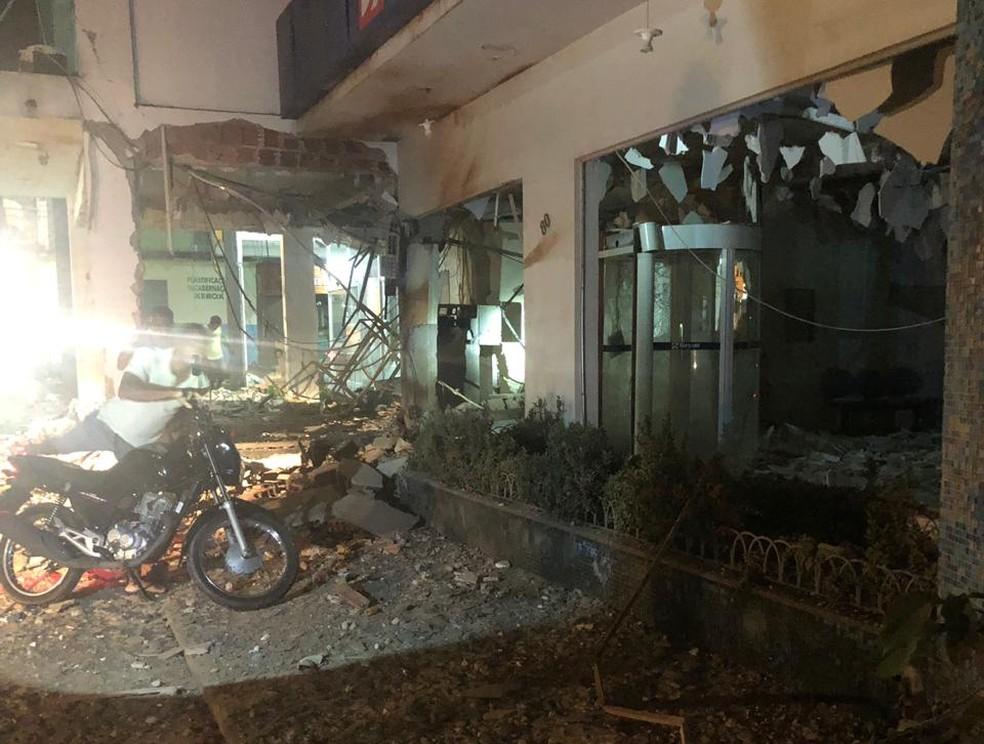 Bandidos explodiram duas agências bancárias e uma de crédito em Rondon do Pará.  — Foto: Reprodução/ TV Liberal