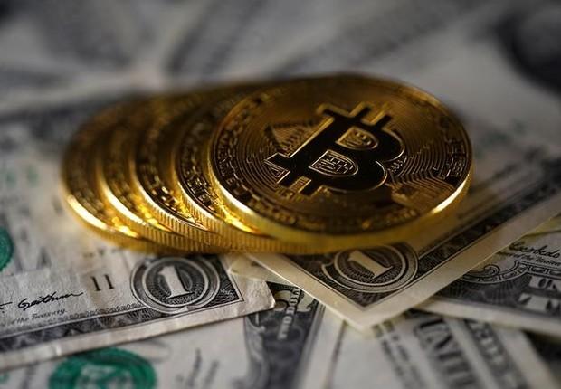 lustração da moeda virtual Bitcoin sobre notas de dólar  (Foto: Dado Ruvic/Ilustração/Reuters)