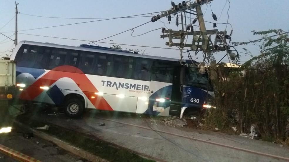 Ônibus bateu em poste após ser atingido por carreta na SP-264 em Sorocaba (Foto: Jefferson Luiz Vieira/Arquivo pessoal)