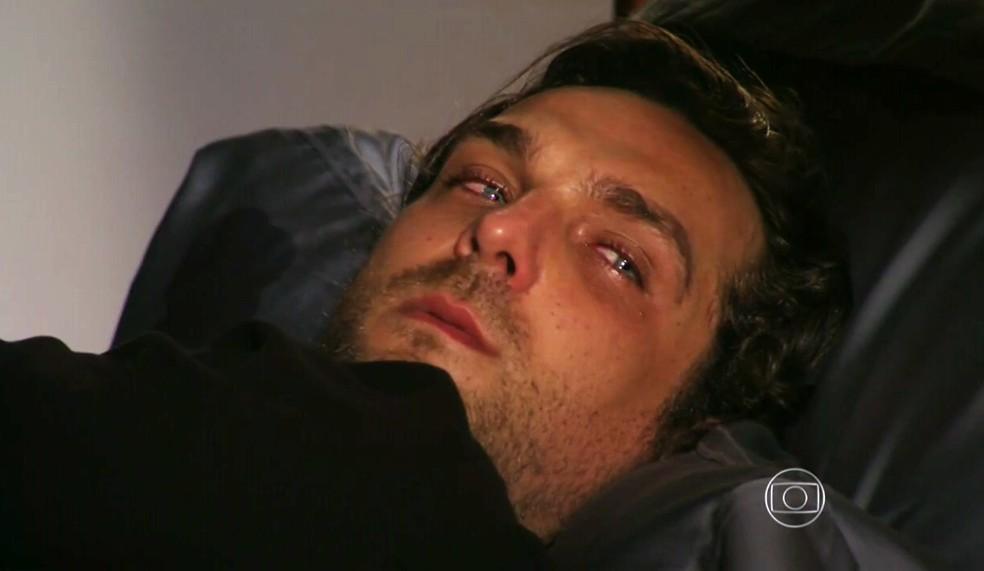 Alberto (Igor Rickli) não reage à ordem de Dionísio (Sérgio Mamberti) para sair da cama e ir trabalhar - 'Flor do Caribe' — Foto: Globo