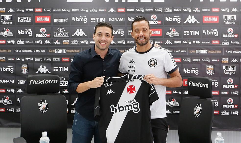 Nenê recebeu a camisa do diretor de futebol do Vasco, Alexandre Pássaro — Foto: Rafael Ribeiro / Vasco