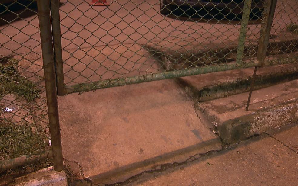 Portão do Hospital Regional do Gama por onde jovem de 17 anos teria passado por baixo após atirar em vigilante (Foto: TV Globo/Reprodução)