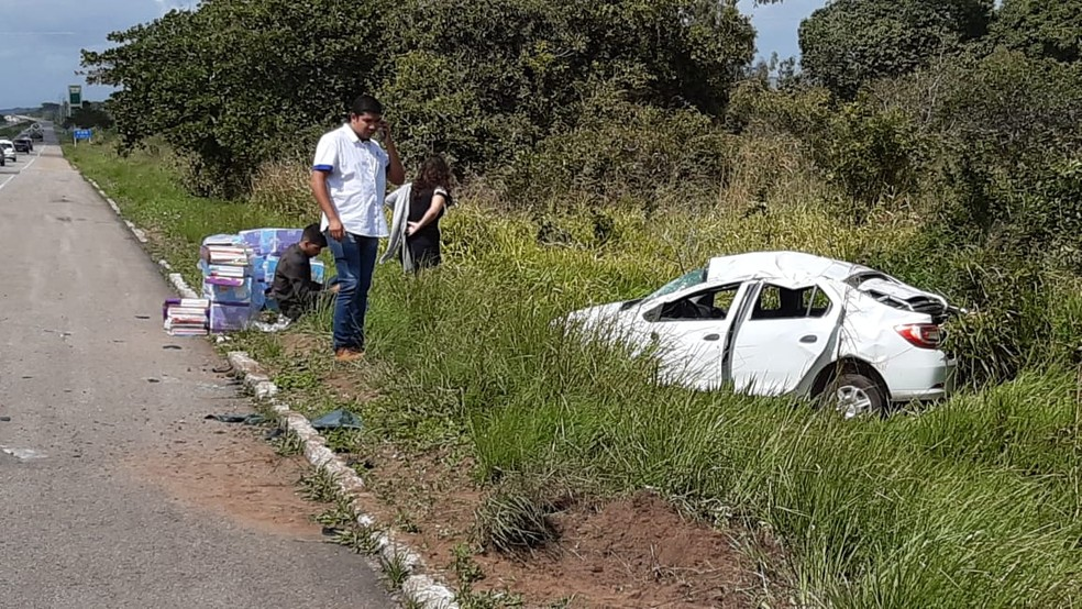 Carro capotou e parou às margens da BR-101, na Grande Natal — Foto: Sérgio Henrique Santos/Inter TV Cabugi