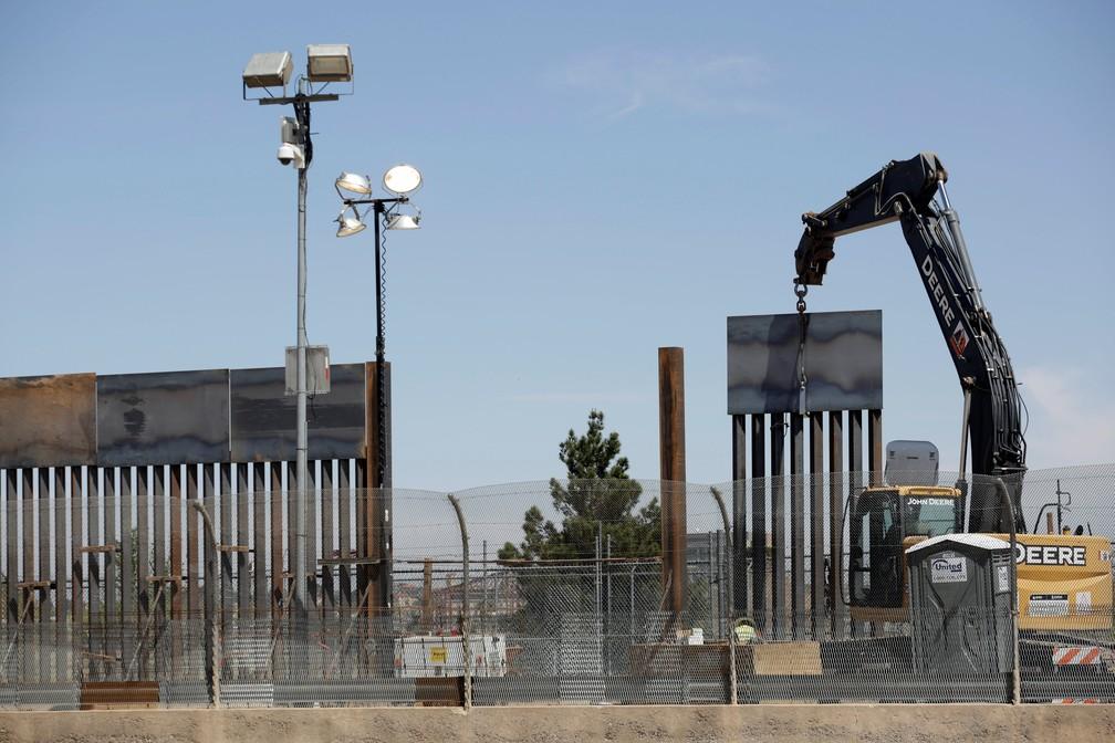 Construção de muro na fronteira dos EUA com o México em El Paso, no Texas — Foto: Jose Luis Gonzalez/Reuters