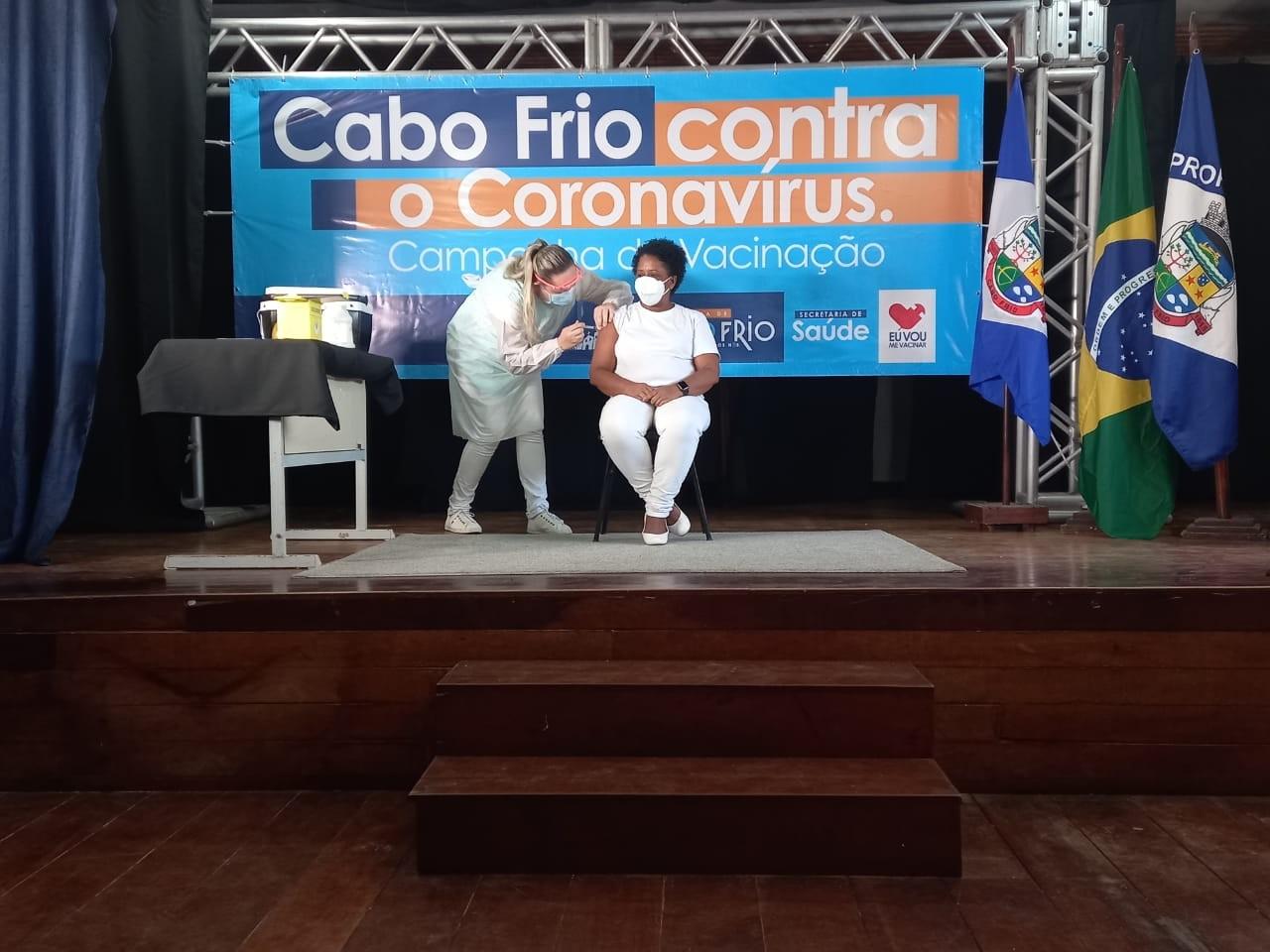 Enfermeira de centro cirúrgico, Teresinha Correia é a primeira vacinada contra a Covid-19 em Cabo Frio, no RJ