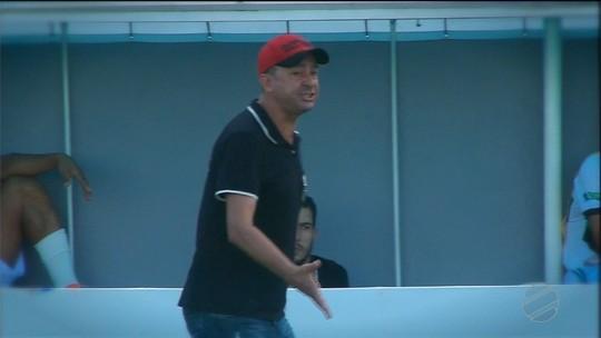 O técnico do Novo vive dias difíceis, o clube ainda não venceu e Piá busca alternativas