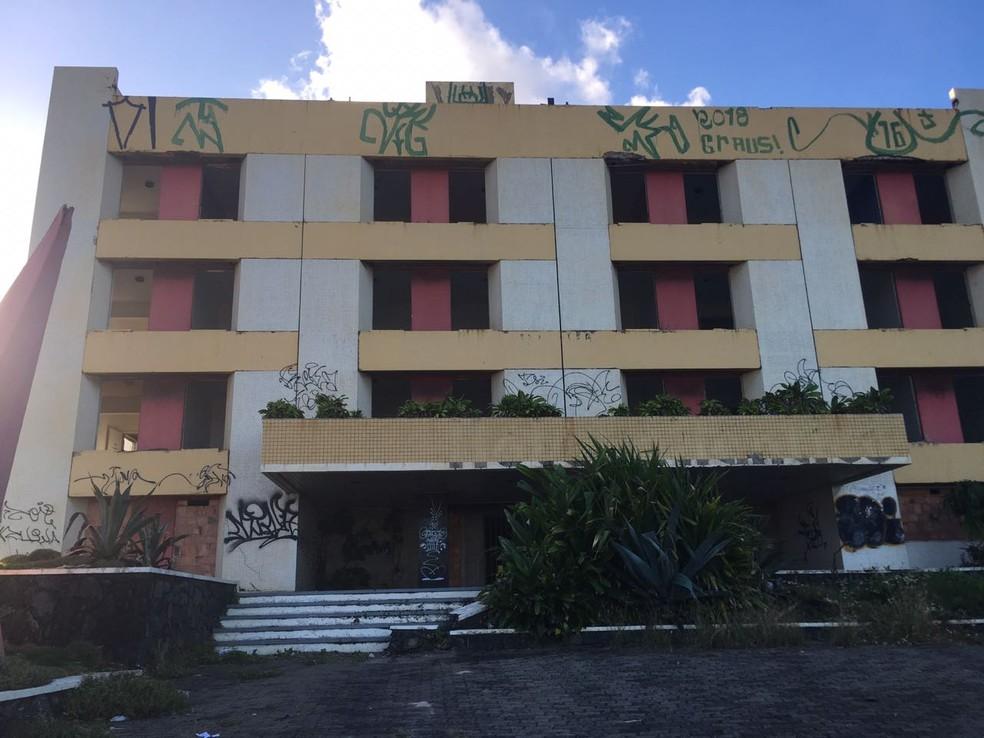 Fachada do Hotel Atlântico, que fica na orla de Salvador e está fechado há dois anos (Foto: Maiana Belo/G1 BA)