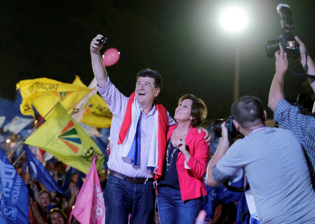Efraín Alegre tira selfie com sua esposa Mirian Irun em campanha nesta quinta (19) (Foto: Reuters/Jorge Adorno)