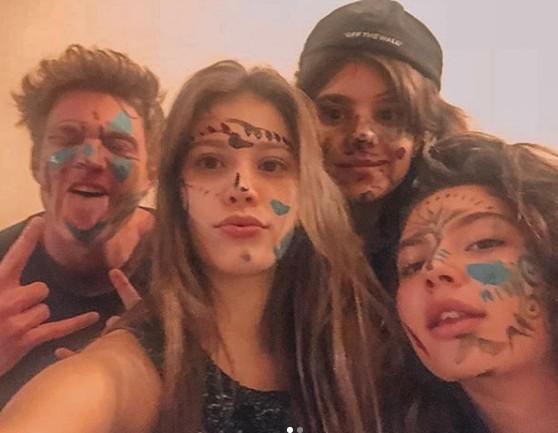 Caroline Dallarosa e os amigos do elenco de 'Malhação' (Foto: Reprodução/ Instagram)