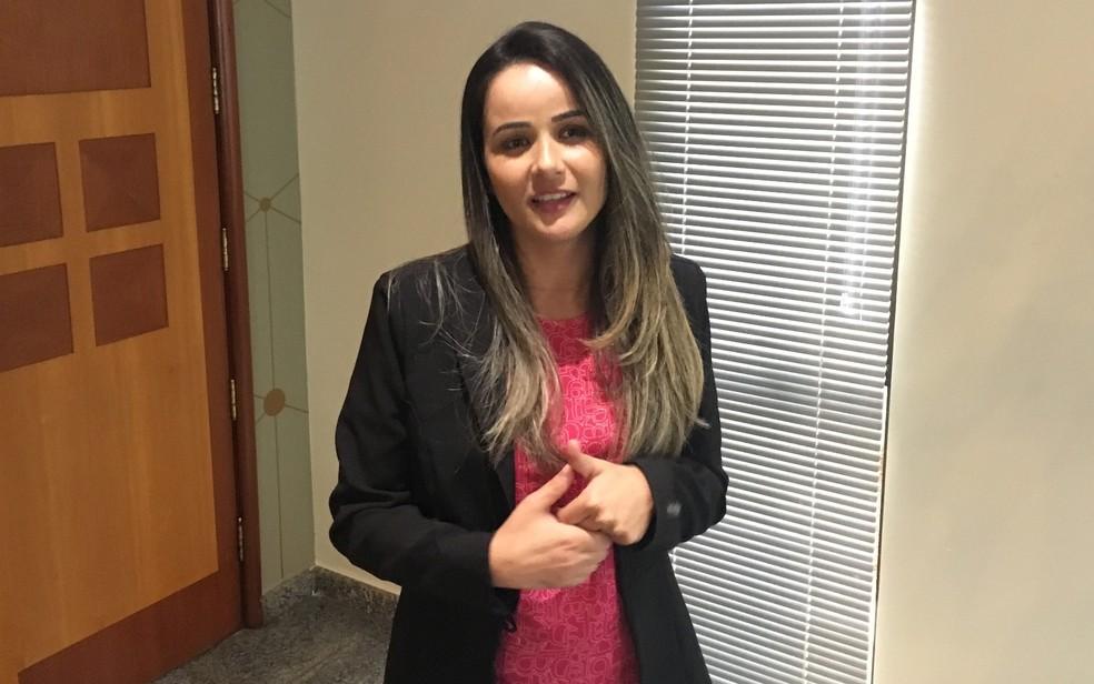 Gerente de loja, Daiane Nunes conta que já passou por situações constrangedoras por não entender o pedido de clientes surdos (Foto: Paula Resende/ G1)