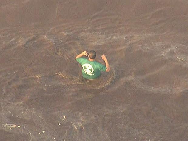Morador no meio do alagamento em Campo Grande, na Zona Oeste  (Foto: Reprodução/TV Globo)