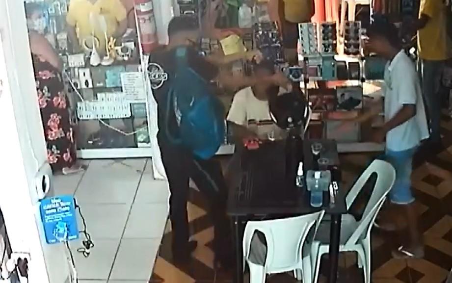 VÍDEO: Homem armado invade loja e rouba aparelhos celulares em Salvador