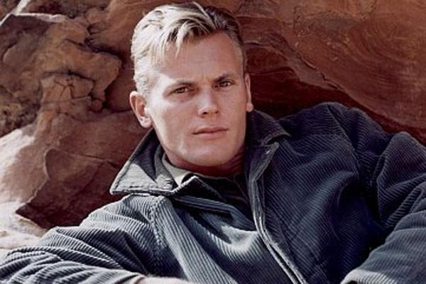 Tab Hunter, que revelou ser gay ao lançar sua autobiografia em 2005, fez bastante sucesso nos anos 50 (Foto: Divulgação)