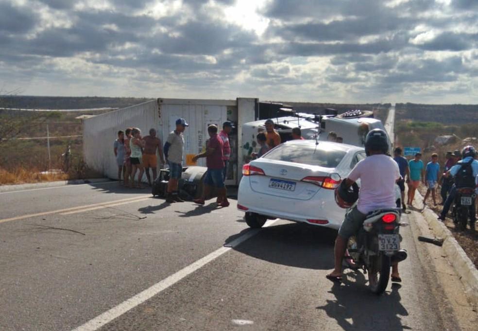 Carreta carregada de mangas virou e interditou a BR-304, próximo a Itajá, no interior do RN — Foto: Focoelho