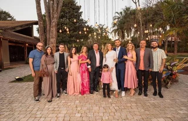 Lucas Lucco e Lorena Carvalho com familiares durante casamento (Foto: Torin Zanette)