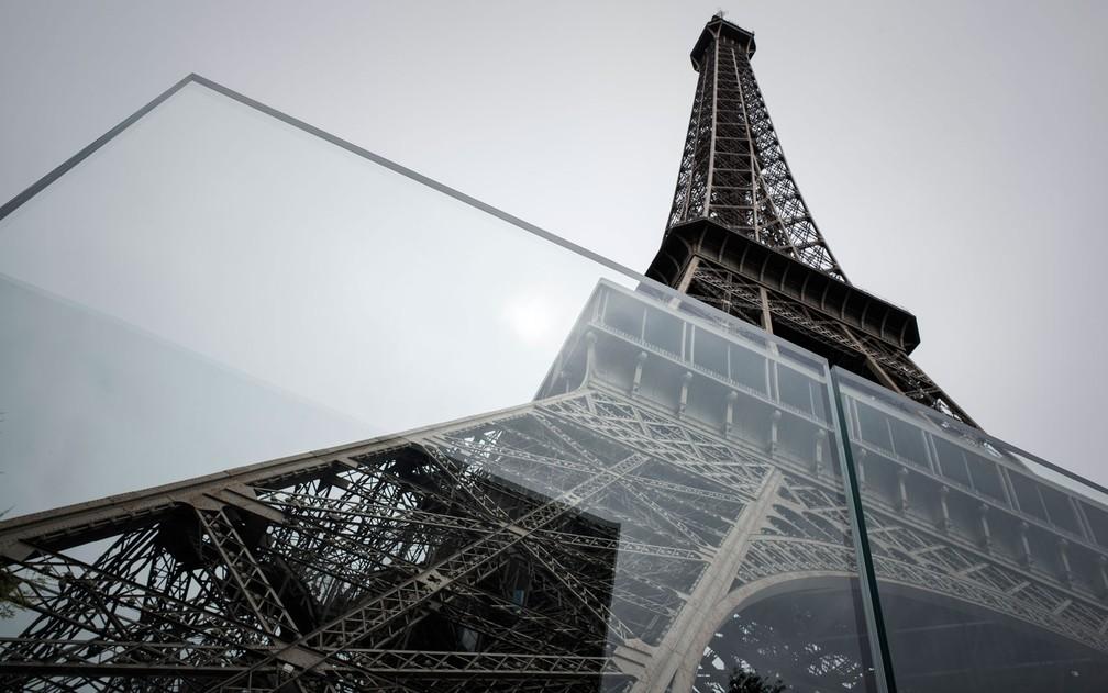 Nova parede de vidro a prova de balas que protege a Torre Eiffel, em Paris, é vista na quinta-feira (14) (Foto: Philippe Lopez/AFP)