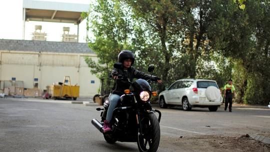 Com o fim da proibição, mulheres aprendem a andar de moto na Arábia Saudita