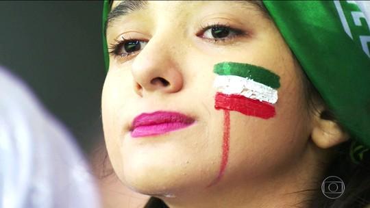 Torcedoras iranianas quebram barreiras e dão show nas arquibancadas da Rússia