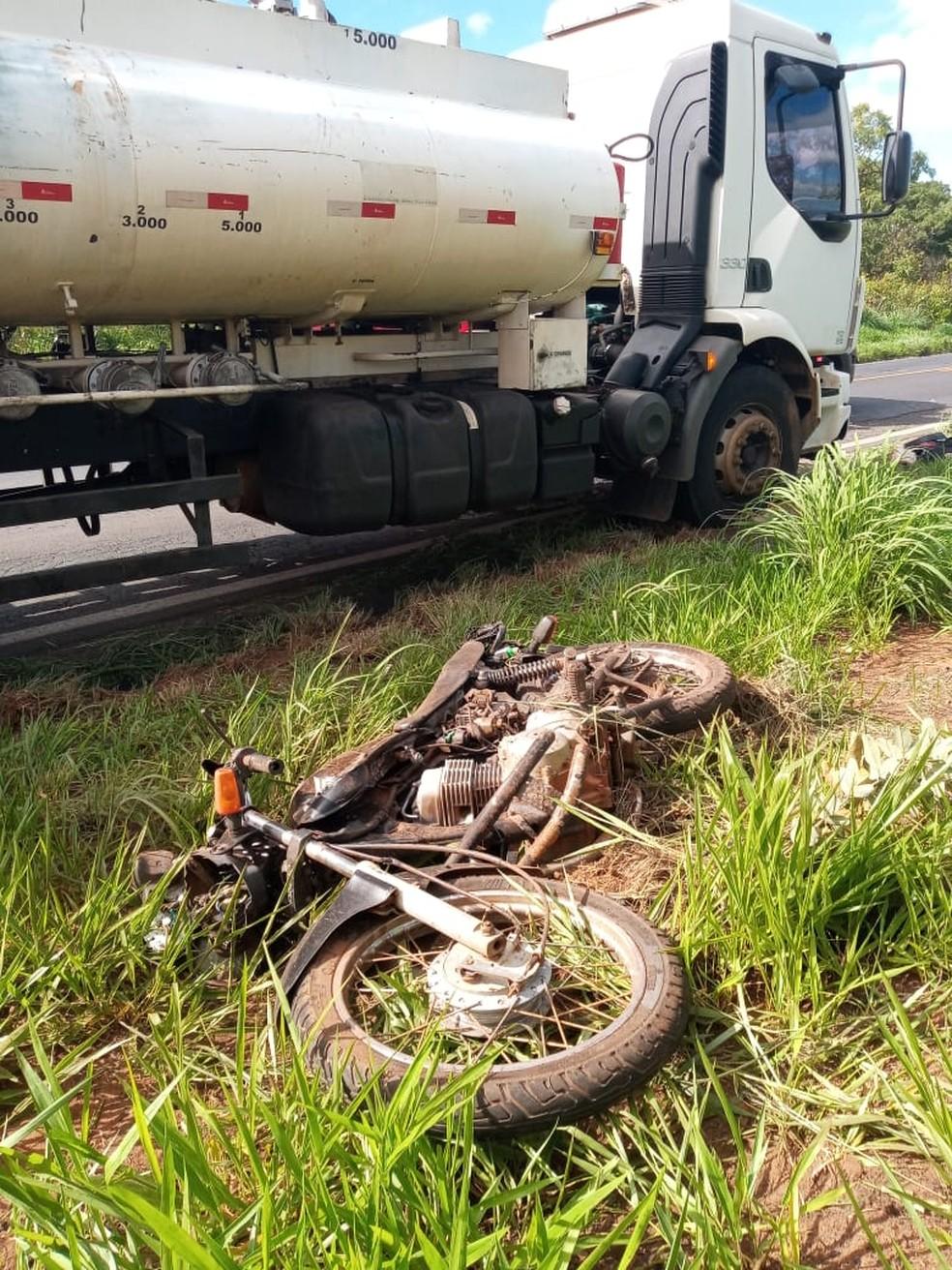 Motociclista morre ao bater de frente com caminhão na BR-497 em Uberlândia