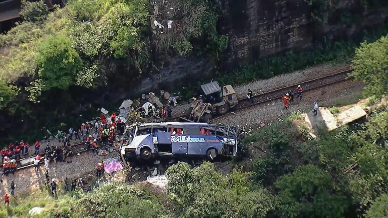 Testemunhas dizem que motorista perdeu o freio de ônibus que caiu de viaduto em MG