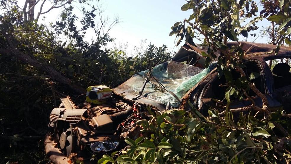 Carro capotou e ficou destruído em MS (Foto: PMR/Divulgação)