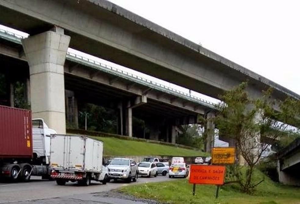 Motoristas fugiram de ré após arrastão na Rodovia Padre Manoel de Nóbrega (Foto: G1 Santos)