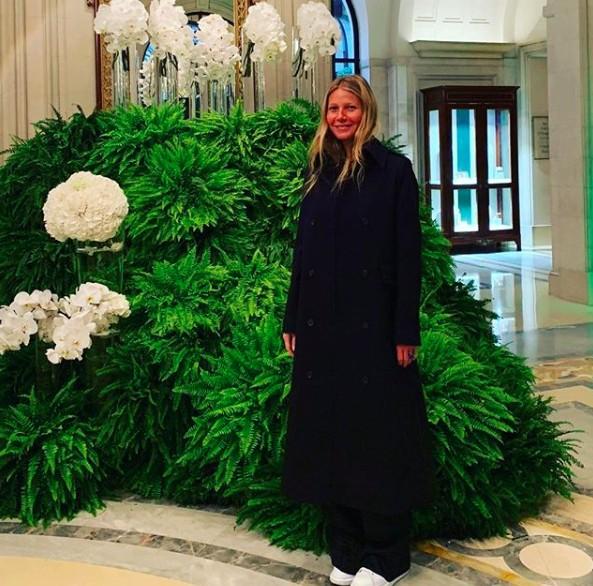 A atriz no lobby do luxuoso Four Seasons parisiense (Foto: Reprodução Instagram)