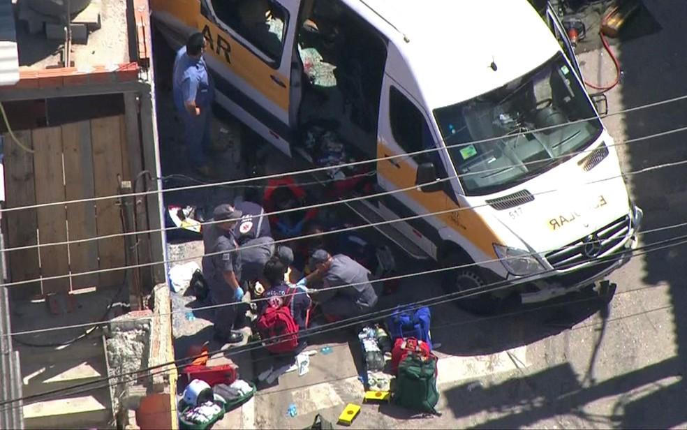 Paramédicos fazem massagem cardíaca em vítima de acidente em Carapicuíba (Foto: TV Globo/Reprodução)