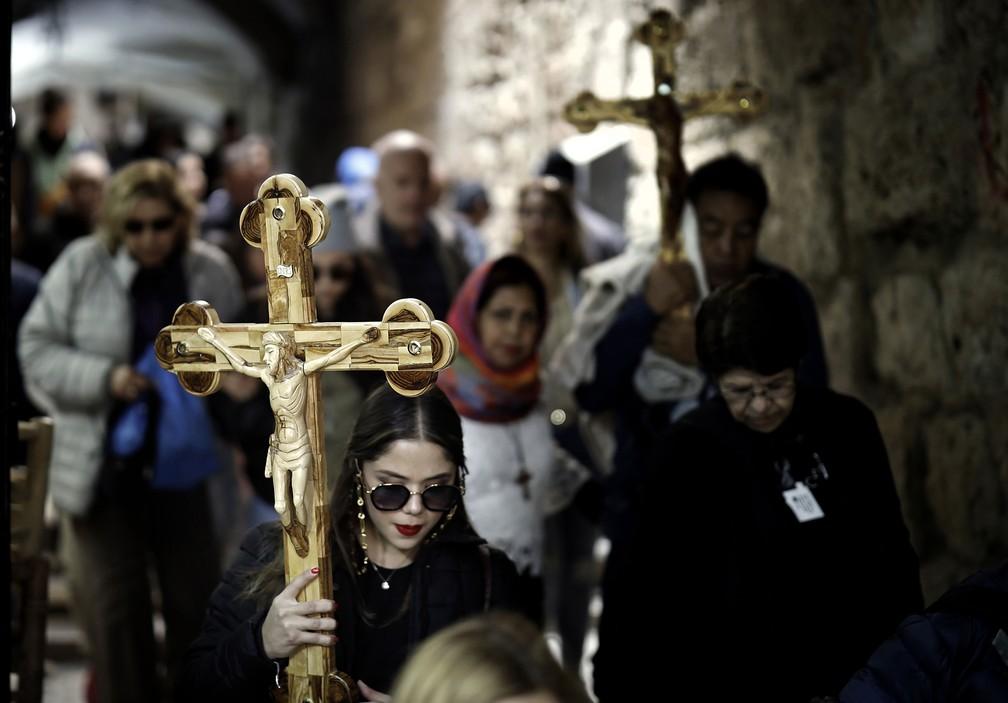 Peregrinos cristãos fazem procissão Via Dolorosa, na Cidade Velha de Jerusalém. Acredita-se que Jesus Cristo tenha feito esse trajeto antes de ser crucificado — Foto: Thomas Coex/AFP
