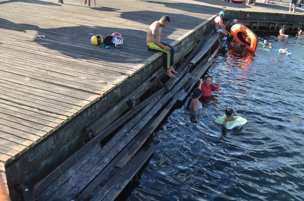 -  Plataforma para banho está destruída  Foto: Rita Torrinha/G1