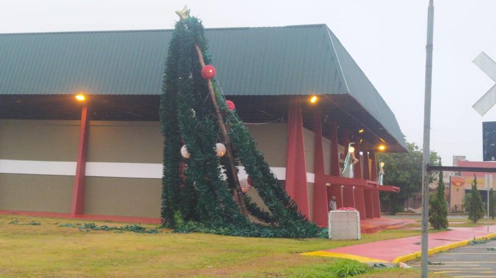 Enfeites de Natal, em Regente Feijó, caíram com os fortes ventos — Foto: Paula Sieplin/TV Fronteira