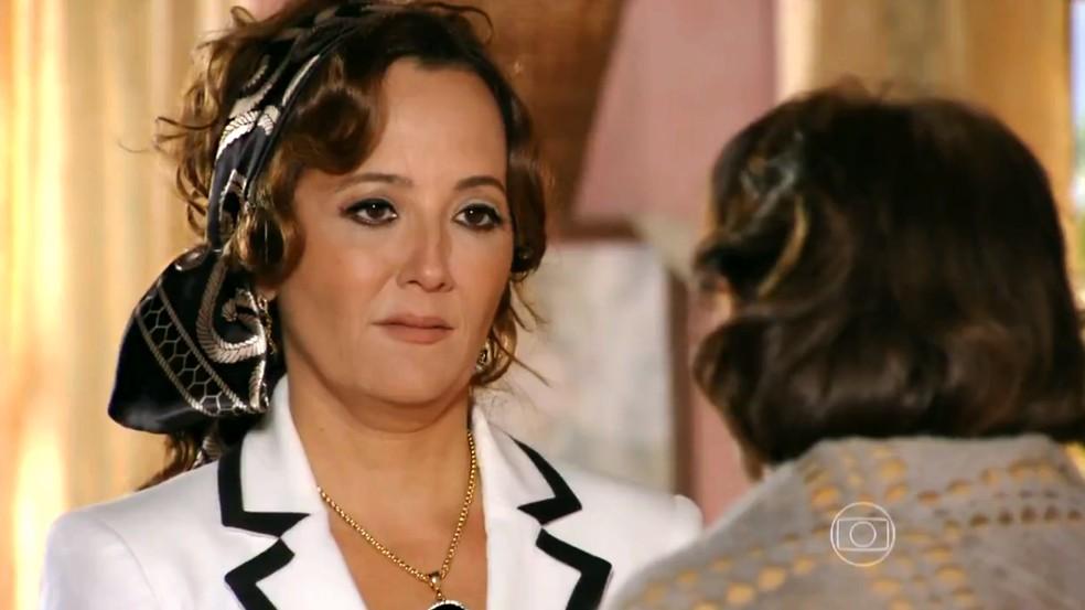 Guiomar (Cláudia Netto) fica preocupada com sumiço de Maria Adília (Inez Viana) - 'Flor do Caribe' — Foto: Globo