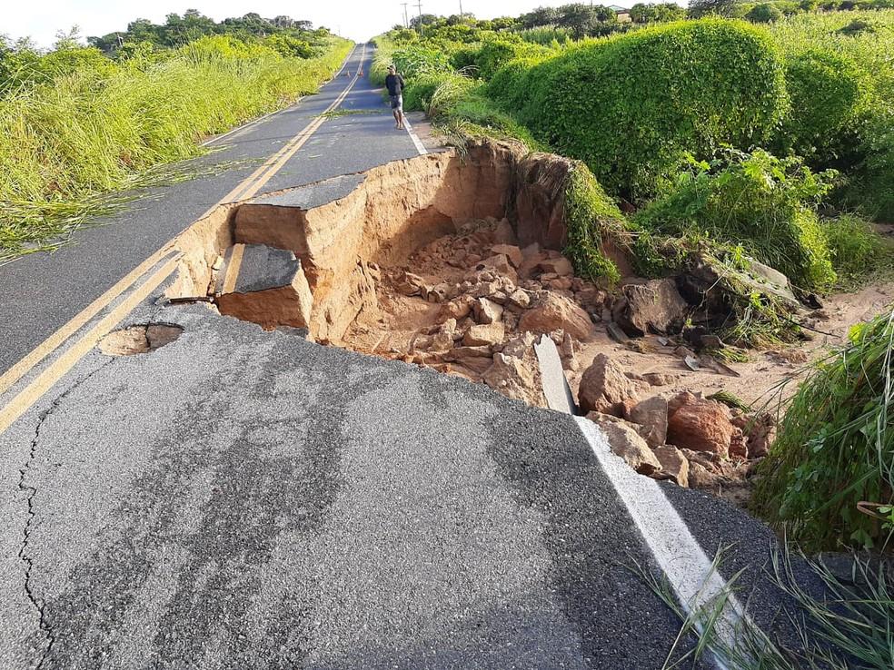 Trecho da CE 183 foi destruído após rompimento de barragem, entre nos municípios de Varjota e Cariré, no Ceará — Foto: Arquivo pessoal