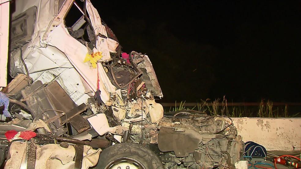 Cabine do caminhão envolvido em acidente na BR-101 ficou destruída e motorista morreu preso às ferragens â?? Foto: Eliab Pessoa/TV Globo