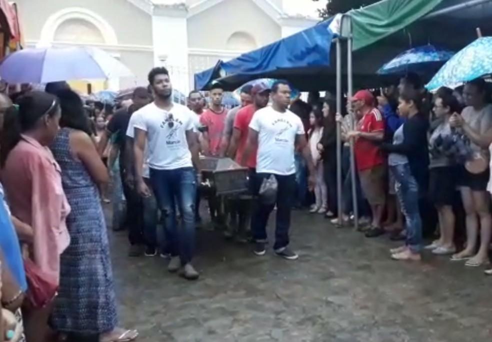 Corpos foram levados para sepultamento em cortejo — Foto: Divulgação/Prefeitura