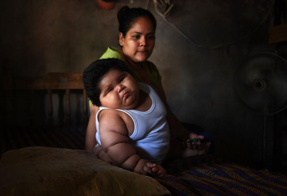Isabel Pantoja e seu filho Luis Gonzales, que pesa 28 quilos aos 10 meses (Foto: Pedro Pardo/AFP)