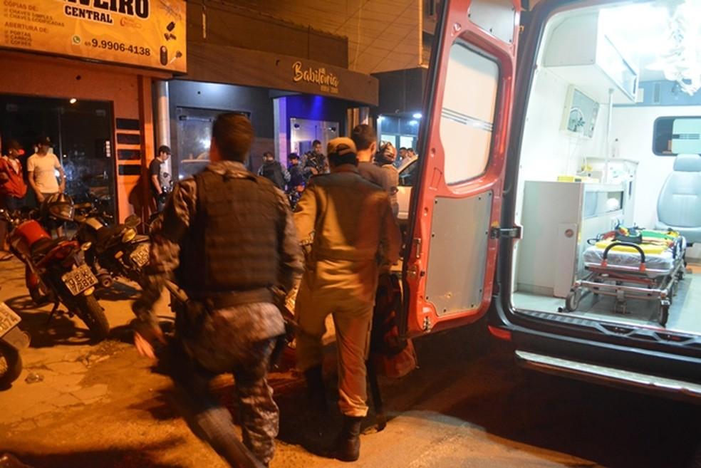 Suspeito fugiu durante correria de clientes para sair de tabacaria — Foto: Jeferson Sanches/ 190 Urgente